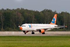 Flygbussen A320 sprutar ut flygplan Arkivfoto