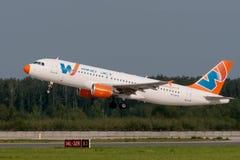 Flygbussen A320 sprutar ut flygplan Arkivfoton