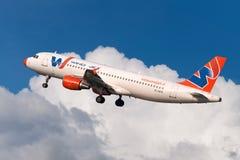 Flygbussen A320 sprutar ut flygplan Royaltyfri Fotografi