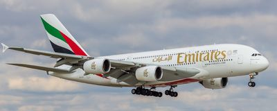 Flygbussen A380 av emiratflygbolaget gör en landning på den ryska flygplatsen Domodedovo royaltyfri foto