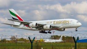 Flygbussen A380 av emiratflygbolaget gör en landning på den ryska flygplatsen Domodedovo arkivbilder