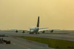 Flygbussen A380 av Lufthansa som väntar på, tar av på den Hong Kong flygplatsen Royaltyfri Fotografi