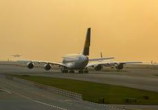 Flygbussen A380 av Lufthansa som väntar på, tar av på den Hong Kong flygplatsen Royaltyfri Bild