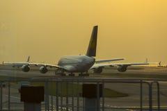 Flygbussen A380 av Lufthansa som väntar på, tar av på den Hong Kong flygplatsen Royaltyfria Foton
