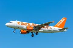 Flygbussen A319-100 för flygplaneasyJet G-EZAP flyger till landningsbanan Arkivbilder