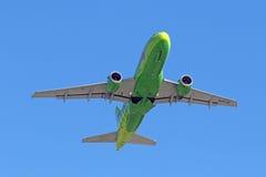 Flygbussen A319-113 för passagerarenivån stiger i luft Arkivfoton