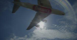 Flygbussen A380 från EMIRATER landar på en flygplats, skott mot solen arkivfilmer