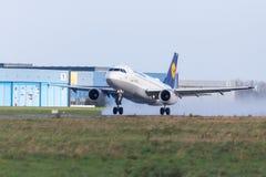 Flygbussen A319-100 från flygbolaget Lufthansa tar av från internationell flygplats Arkivbilder