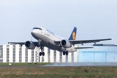 Flygbussen A319-100 från flygbolaget Lufthansa tar av från internationell flygplats Arkivfoton