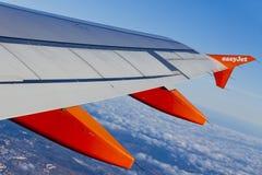 Flygbussen A320 fungerade vid EasyJet flyg över Lissabon Royaltyfria Bilder