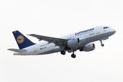 Flygbussen A319-100 Lufthansa tar av Arkivfoton