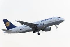 Flygbussen A319-100 Lufthansa tar av Arkivfoto