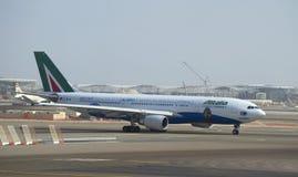 Flygbussen A330 - MSN 1123 (EI-EJG) Alitalia, når att ha landat på flygplatsen av Abu Dhabi royaltyfria foton