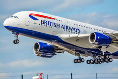 Flygbussen A380 tar av från den Heathrow flygplatsen Arkivbild