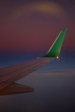 Flygbussvinge på solnedgången under flyg Royaltyfria Bilder