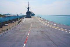 Flygdäck av en hangarfartyg Arkivfoton