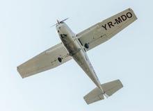 Flygdagen nära flygarestatyn Flygplan i luften bucharest romania Arkivbild