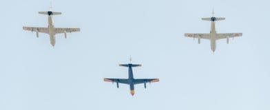 Flygdagen nära flygarestatyn Flygplan i luften bucharest romania Royaltyfri Foto