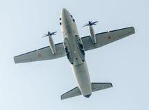 Flygdagen nära flygarestatyn Flygplan i luften bucharest romania Arkivfoto