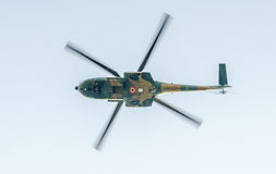 Flygdagen nära flygarestatyn Helikopter i luften bucharest romania Royaltyfri Fotografi
