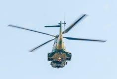 Flygdagen nära flygarestatyn Helikopter i luften bucharest romania Arkivfoto