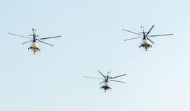 Flygdagen nära flygarestatyn Helikopter i luften bucharest romania Arkivbilder
