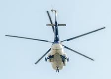 Flygdagen nära flygarestatyn Helikopter i luften bucharest romania Royaltyfria Bilder