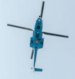 Flygdagen nära flygarestatyn Helikopter i luften bucharest romania Royaltyfri Bild