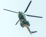 Flygdagen nära flygarestatyn Helikopter i luften bucharest romania Arkivfoton
