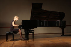 Flygelpianist som spelar konsert Royaltyfria Bilder
