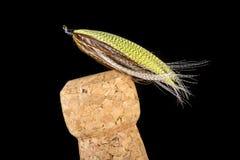 Flyger den färgrika handen bundet fiske visat på Champagne Cork 1 arkivbilder
