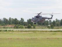 Flyger en helikopter MI-8 Arkivbilder