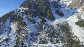 Flyget över fjällängarna, snö täckte berg, Österrike Europa arkivfilmer