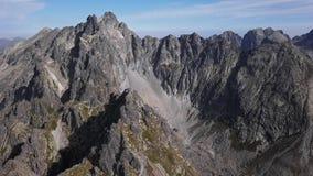 Flyget över vaggar i höga Tatras berg arkivfilmer