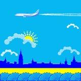 Flyget av ett flygplan i den molniga himlen över staden Arkivbilder
