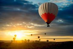 Flyget för ballonger för varm luft turnerar sunricen Cappadocia royaltyfria foton