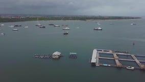 Flyget för det Aearial skottsurret över seglar fartyget lager videofilmer