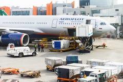 Flygfält, Aeroflot flygplan och päfyllningslastbilar, innan att ta Royaltyfri Fotografi