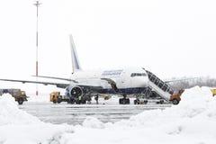 Flygfältunderhåll Boeing-767 för teknisk och tjänste- service på flygplatsen Petropavlovsk-Kamchatsky (den Yelizovo flygplatsen) royaltyfria bilder