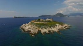 Flygfotografering av ön av mamulaen i Montenegro arkivfilmer