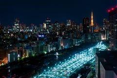 Flygfotografering av den Tokyo nattsikten, Japan, futuristisk station royaltyfria bilder