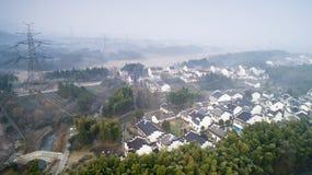 Flygfotografering av det härliga lantliga landskapet i sydliga Anhui berg i tidig vinter arkivfoton