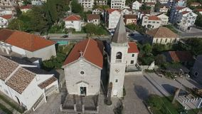 Flygfotografering av en forntida kyrka stock video