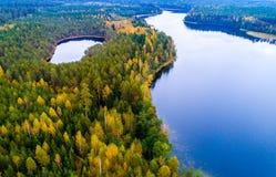 Flygfotografering av sjöar, i Litauen arkivfoton