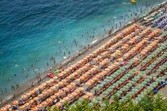 Flygfotografering av turister som spelar och tar sunbath på ett s arkivbilder