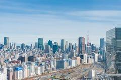Flygfotografering Cityscape som f?rbiser Tokyo, Japan arkivbild