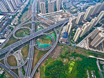 Flygfotograferingfågel-öga sikt av LAN för väg för stadsviaduktbro Royaltyfri Bild