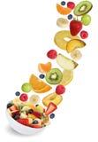Flygfruktsallad med frukter som äpplen, apelsiner, banan och Arkivfoton
