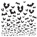 Flyghalloween slagträ Fluga för kontur för flock för grottaslagträn på himmel Läskig illustration för bakgrund för vampyrflitterm stock illustrationer