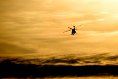 flyghelikoptersolnedgång Royaltyfri Bild